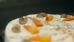 Fazendo a torta branca do bolo de cenoura video estoque