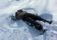 Fazendo um anjo da neve Fotografia de Stock