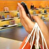 Fazendo um atendimento de telefone em um centro comercial Fotografia de Stock Royalty Free