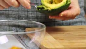 Fazendo um guacamole com receita dos vegies vídeos de arquivo