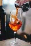 Fazendo um italiano Spritz Fotografia de Stock Royalty Free
