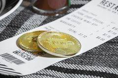 Fazendo um pagamento com o currrency cripto de Bitcoin Imagens de Stock Royalty Free