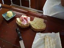 Fazendo um sanduíche do presunto e do queijo video estoque