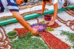 Fazendo a um Sexta-feira Santa o tapete processional, Antígua, Guatemala Fotos de Stock Royalty Free