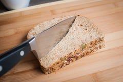 Fazendo uma manteiga e uma Jelly Sandwich de amendoim Foto de Stock