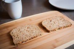 Fazendo uma manteiga e uma Jelly Sandwich de amendoim Fotos de Stock