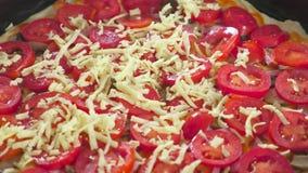 Fazendo uma pizza As mãos da mulher fazem uma pizza caseiro Ingredientes e chesse postos em uma pizza Opinião do Close-up vídeos de arquivo