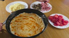 Fazendo uma pizza As mãos da mulher fazem uma pizza caseiro Manchando o molho de tomate em uma massa vídeos de arquivo