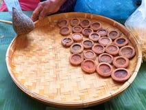 Fazendo uma vela Um castiçal da batida ou um Phang Prateep Velas bonitas imagens de stock royalty free