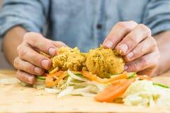 Fazendo a vegetariano o sanduíche liso do pão com falafel foto de stock royalty free