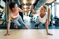 Fazer atrativo de duas meninas da aptidão empurra levanta Fotografia de Stock