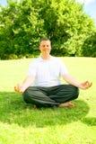 Fazer caucasiano do homem Meditate Imagens de Stock