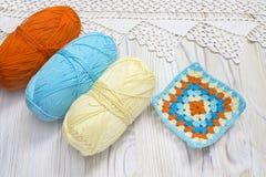Fazer crochê bolas feitos a mão do quadrado e do fio da avó O começo da manta brilhante, cobertura Trabalho feito a mão feito mal Fotografia de Stock Royalty Free