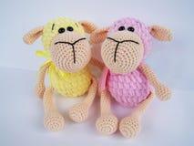 Fazer crochê a boneca Um feito a mão faz crochê a boneca de um cordeiro pequeno no rosa imagem de stock