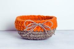 Fazer crochê a cesta de linho alaranjada Fotografia de Stock