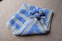 Fazer crochê chapéus, coberturas e fio do bebê bebês recém-nascidos e minúsculos imagens de stock