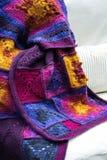 Fazer crochê, cobertura quadrada do teste padrão da avó fotos de stock