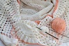 Fazer crochê com fio branco Fotografia de Stock Royalty Free