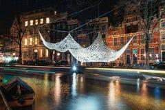Fazer crochê e iluminou o flutuador gigante da colcha acima de um duri do canal Imagem de Stock Royalty Free