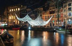 Fazer crochê e iluminou o flutuador gigante da colcha acima de um duri do canal Foto de Stock Royalty Free