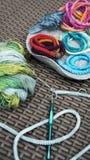 Fazer crochê, envolva braceletes trançados do cabo fotografia de stock