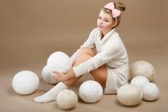 Fazer crochê. Needlewoman bonito que senta-se com a pilha dos Skeins brancos do fio. Needlecraft Fotos de Stock Royalty Free
