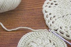 Fazer crochê o doily, pousa-copos Feito a mão fazer crochê o teste padrão do doily, fazendo malha, costurando Fio de algodão para Imagem de Stock
