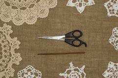Fazer crochê o laço do doily no fundo de linho Imagem de Stock Royalty Free