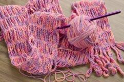 Fazer crochê o teste padrão com gancho Fotografia de Stock Royalty Free
