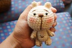 fazer crochê o urso bonito Fotos de Stock