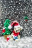 fazer crochê o urso de peluche em um chapéu vermelho do Natal amigurumi feito a mão Fotos de Stock Royalty Free