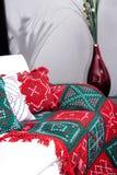Fazer crochê a toalha de mesa na mobília branca foto de stock royalty free
