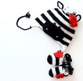 Fazer crochê a zebra e os montantes do chapéu do bebê Fotografia de Stock