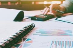Fazer da mão da mulher calcula a finança com documento na mesa e no th imagens de stock royalty free