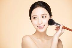 Fazer da mulher compõe na cara com a escova cosmética fotos de stock royalty free