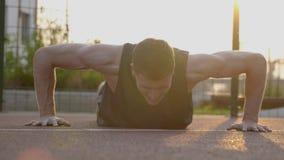 Fazer da rotina do exercício do homem levanta exterior no parque video estoque
