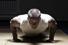 Fazer do homem da foto levanta no gym Fotos de Stock