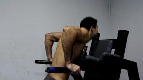 Fazer do homem levanta barras no gym video estoque