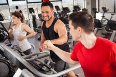 Fazer dos melhores amigos cardio- em um gym Foto de Stock