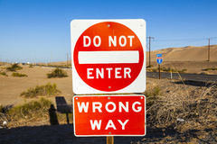 Fazer-não-entre e errado-maneira-Sinal na estrada Fotografia de Stock