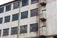 Fábrica de deterioração velha exterior com escada oxidada Fotos de Stock