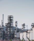 Fábrica de la refinería de petróleo en la puesta del sol Imágenes de archivo libres de regalías