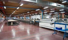 Fábrica de la ropa - automáticamente cortar la materia textil Fotos de archivo libres de regalías