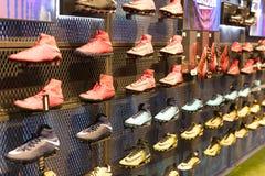 FC Barcelona da loja, roupa e equipe oficiais dos calçados das lembranças e da parafernália para fãs da equipe e dos visitantes d Imagens de Stock