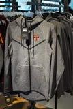 FC Barcelona de la tienda, ropa y equipo oficiales del calzado de recuerdos y de parafernalia para las fans del equipo y de los v fotografía de archivo libre de regalías