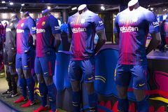 FC Barcelona de magasin, habillement et équipe officiels de chaussures de souvenirs et d'attirail pour des fans de l'équipe et de images libres de droits