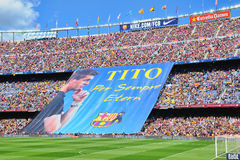 FC Barcelonafans visar ett enormt baner i minne av tidigare cheflagledaren Tito Vilanova Royaltyfri Fotografi