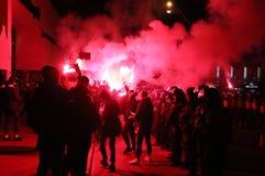 FC Dynamo Kyiv ultras stützen ihr Team auf der Straße zum Stadion Stockfotografie