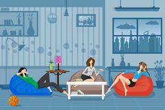 Mujeres que charlan y que se relajan en sofá Fotos de archivo libres de regalías