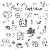 Födelsedagbeståndsdelar Hand dragen uppsättning med födelsedagkakan, ballonger, gåvan och festliga attribut Barn som drar klotter Arkivbilder